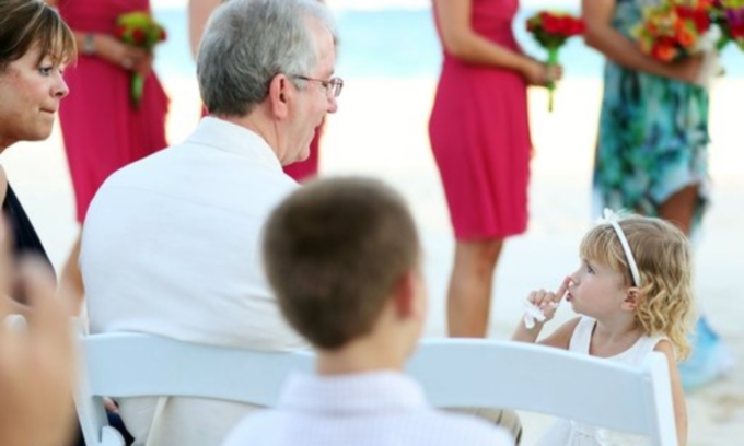 25 смешных снимков детей, которым скучно на свадьбе